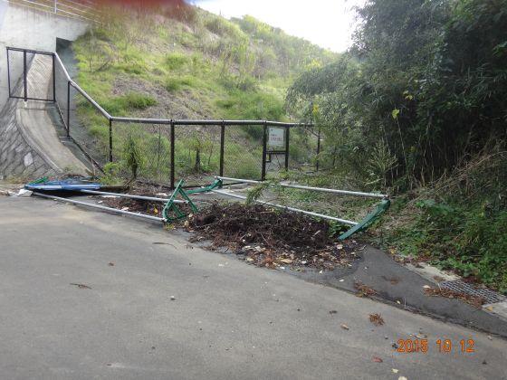 工事の後始末もしないで放置したままの現場!ゴミ捨て場になっている!