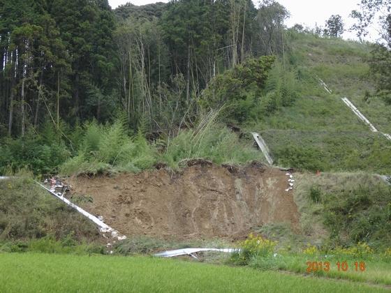 大型台風がPA入り口を襲い被害が出た写真
